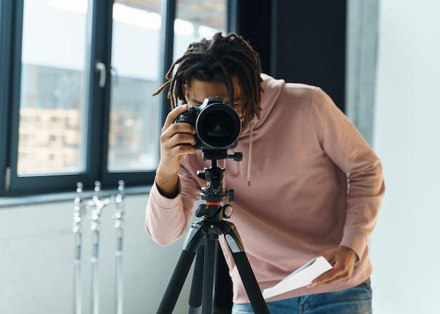 Homme, prendre photos, à, appareil photo