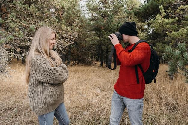 Homme, prendre des photos, de, femme