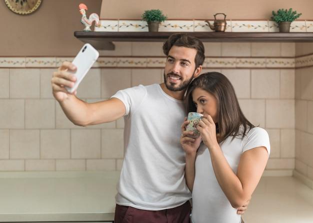 Homme, prendre, selfie, à, boire, petite amie
