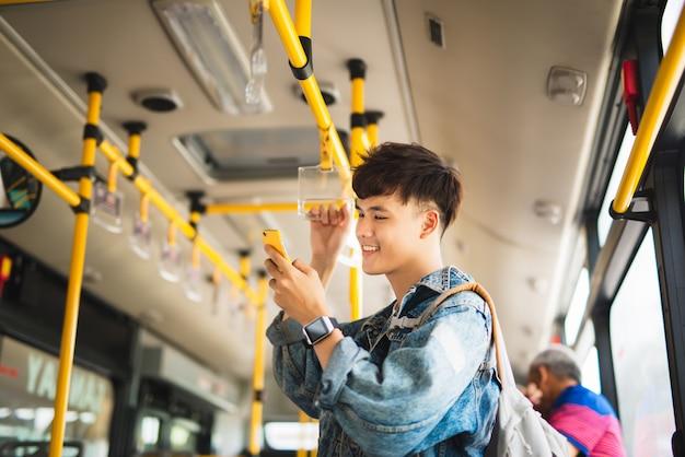 Homme, prendre, transport public, debout, intérieur, autobus