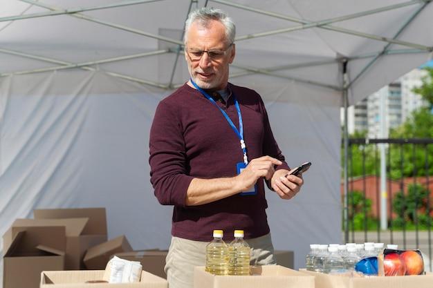 Homme préparant une banque alimentaire pour les pauvres