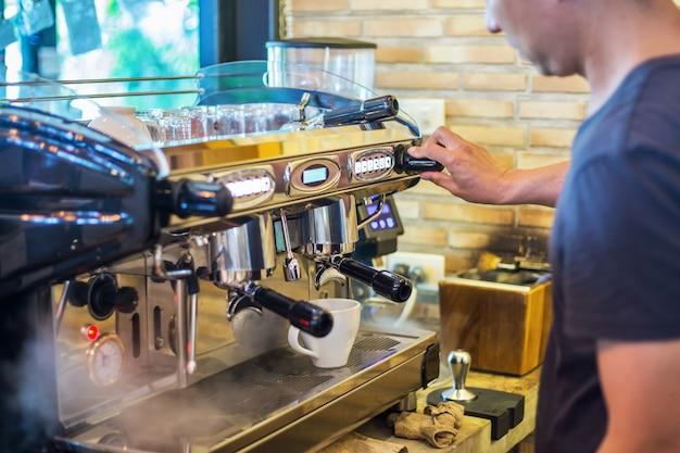 Un homme préparant du café à la machine à café