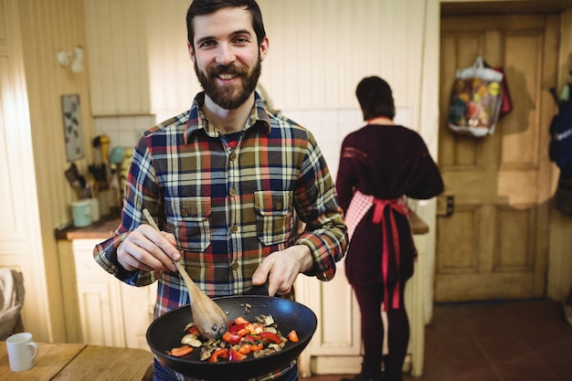 Homme préparant des plats en cuisine