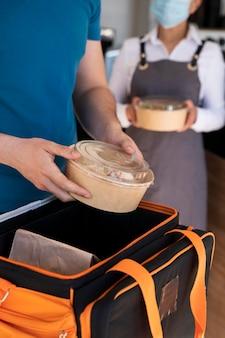 Homme préparant des plats à emporter pour la livraison