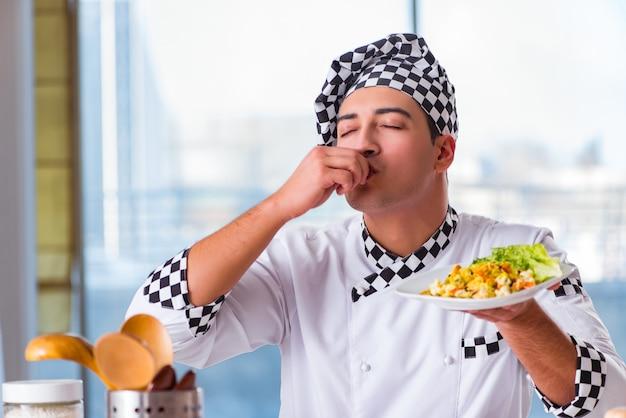 Homme préparant un repas à la cuisine