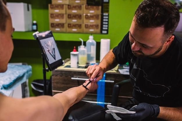 Homme, préparation, bras, client, tatouage