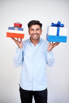 Homme prépare des cadeaux pour les vacances