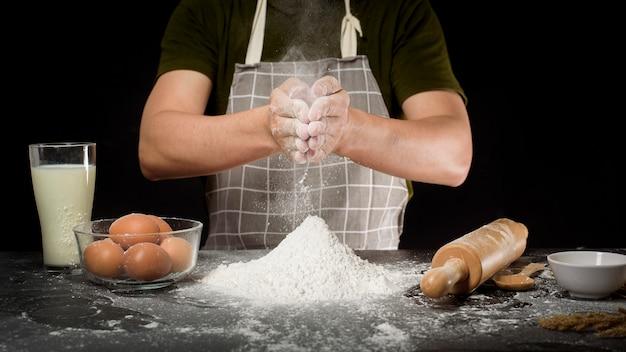 Un homme prépare une pâte maison