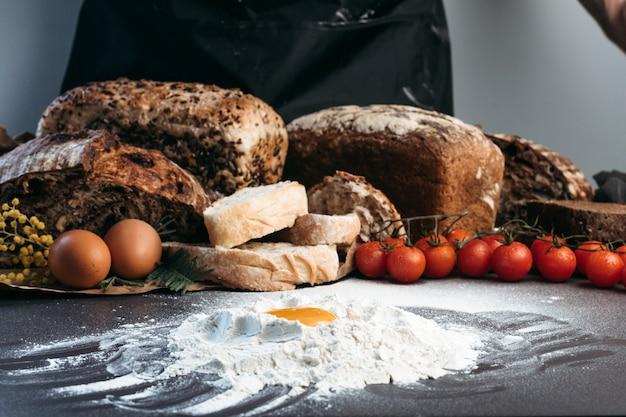 L'homme prépare la pâte pour le pain, sans gluten et sans produits d'origine animale. pain, sans gluten et sans produits animaux.