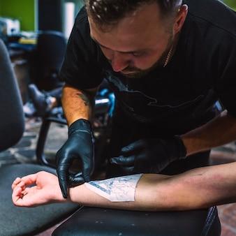 Homme, préparer, dessin, dessin, tatouage