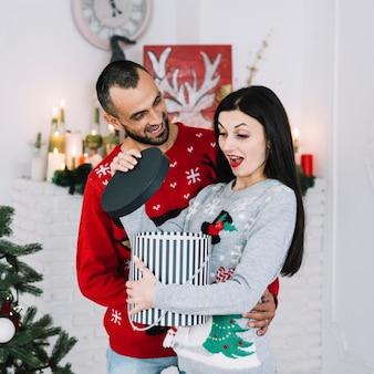 Homme près de femme surprise avec cadeau