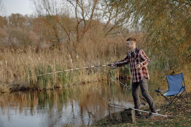Homme, près, rivière, pêche, matin