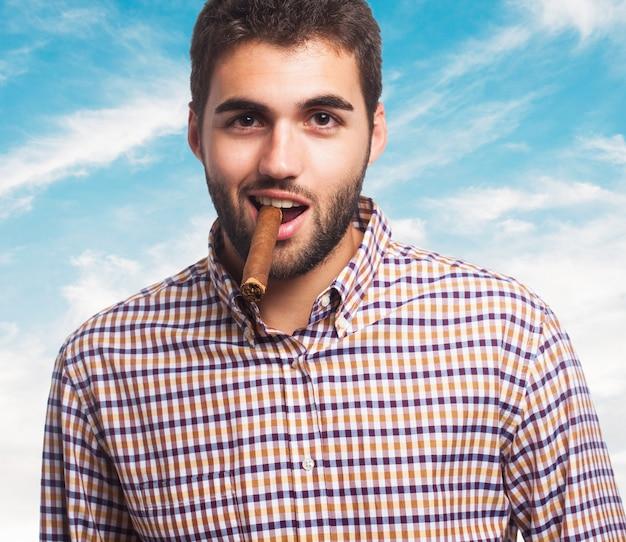 Homme presentable posant avec cigare.