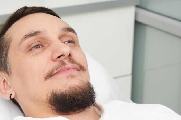 Homme prêt à recevoir un traitement à la clinique de beauté