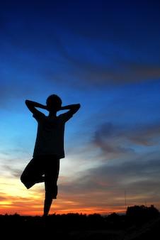 Homme priant seul au coucher du soleil montagnes voyage lifestyle relaxation spirituelle concept émotionnel vacances en plein air harmonie