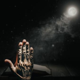Homme prière dans le noir contre la bible