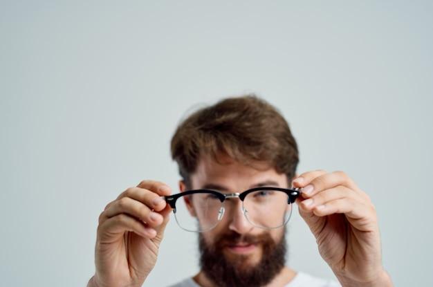 Homme avec des problèmes de santé de mauvaise vue en gros plan