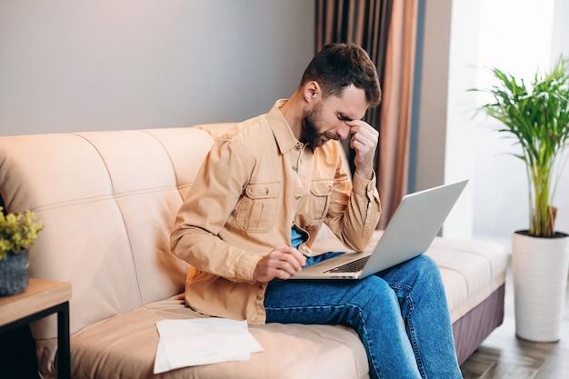 Homme professionnel épuisé travaillant à domicile