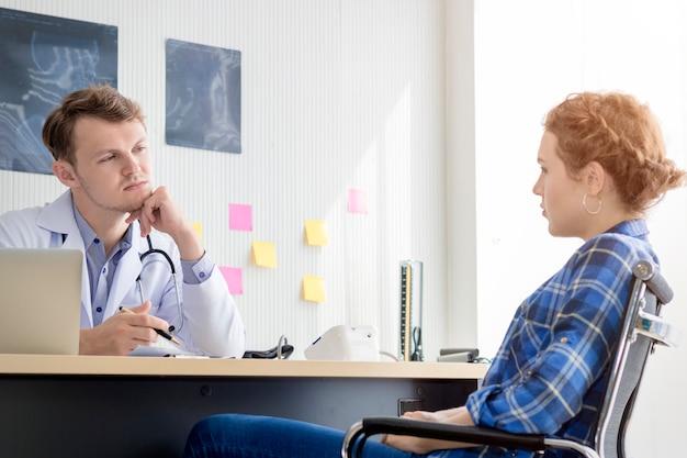Homme de professionnels de la santé rassurant et parlant avec une patiente stressée de la jeune femme.