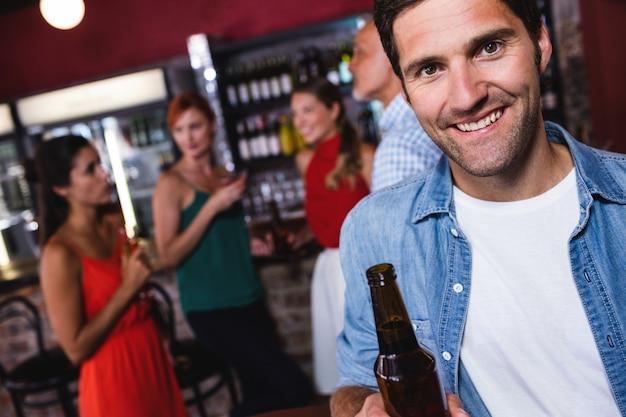 Homme profitant de la bière en boite de nuit