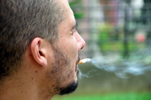 Homme profitant d'une cigarette