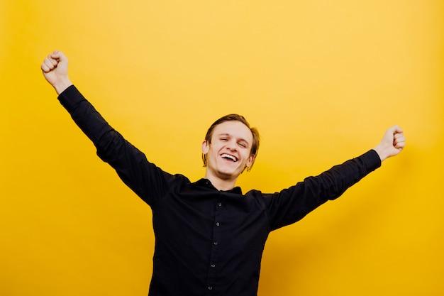 Homme profitant de la vie, fond jaune isolé