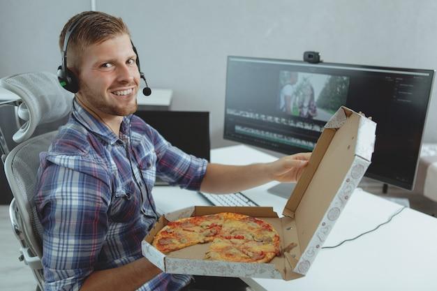 Homme programmeur travaillant à domicile