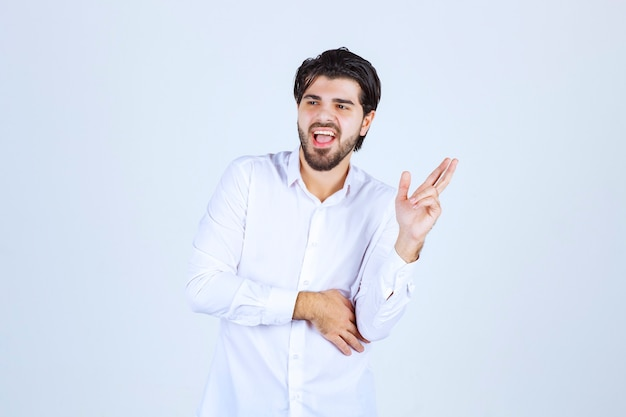 Homme, projection, doigt croix, signe, et, jurer