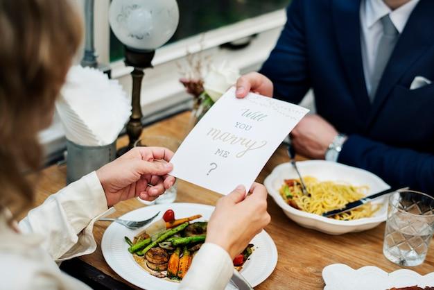 Homme proposant une copine avec une carte
