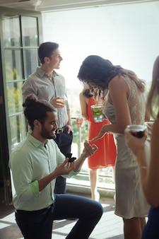 Homme proposant femme avec bague de fiançailles
