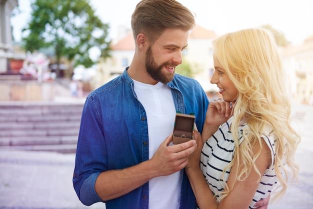 Homme proposant sa femme dans la vieille ville