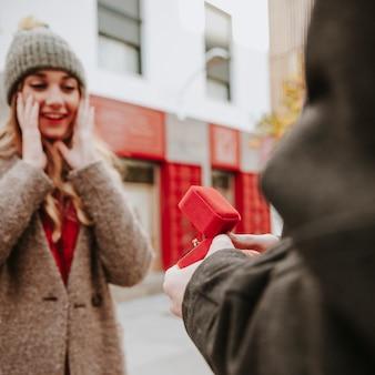 Homme proposant de surprendre une femme