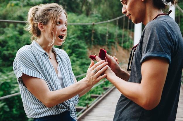 Homme propose à sa copine heureuse amour extérieur et concept de mariage