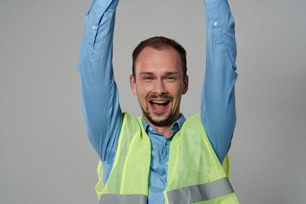 Homme en protection de casque blanc profession de travail fond isolé. photo de haute qualité