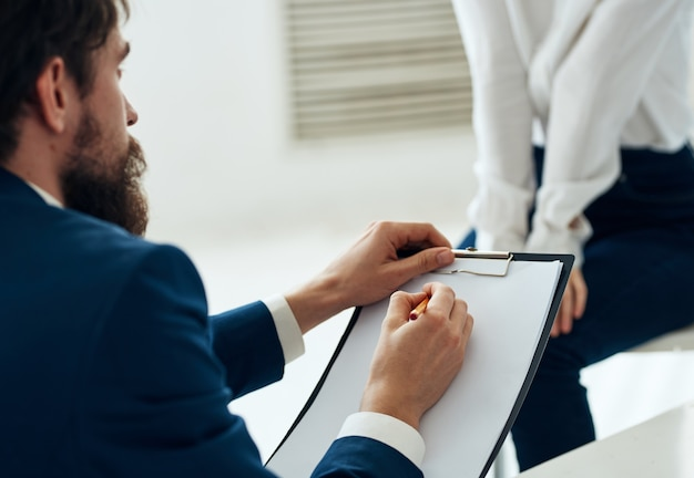 Homme psychologue à côté du problème de consultation du psychothérapeute communication patient