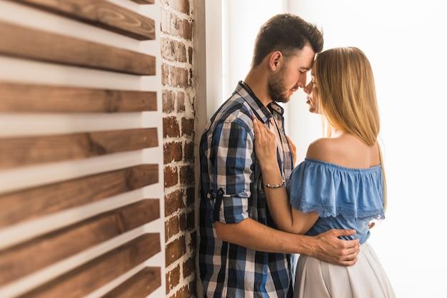 Homme qui cherche sa petite amie à la maison