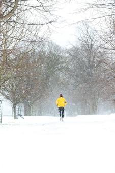 Homme qui court dans une lourde journée de neige à dublin, en irlande.