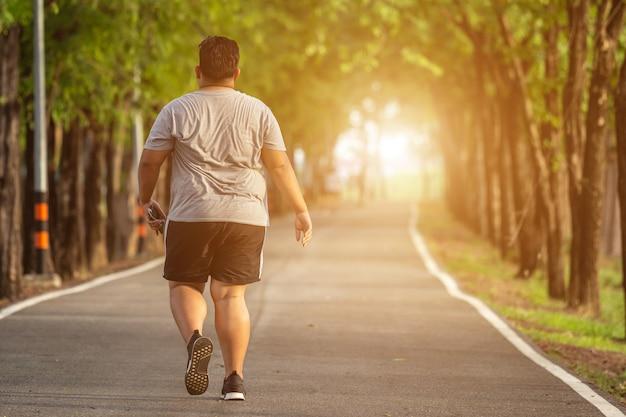 Homme qui court dans le parc