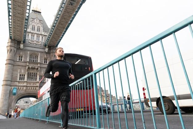 Homme qui court avec une jambe prothétique en plein coup