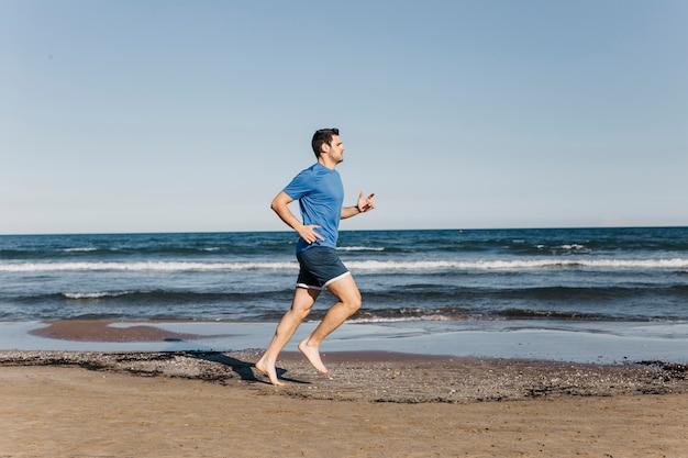 Homme qui court à la plage