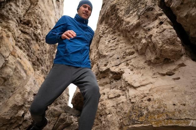 Homme qui court à travers les rochers