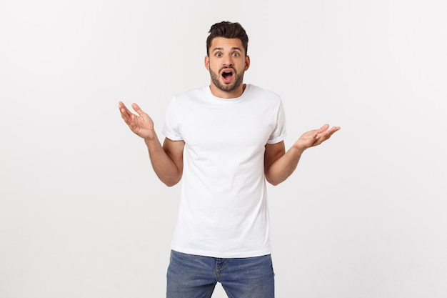 Homme qui crie la bouche ouverte, tenir la main, porter une chemise blanche décontractée, concept visage émotion