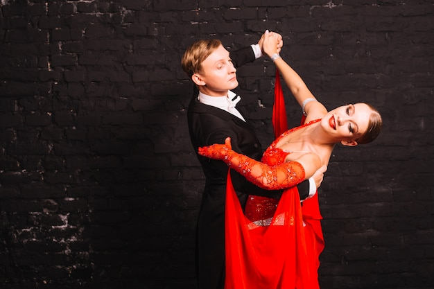 Homme qui danse avec une femme souriante