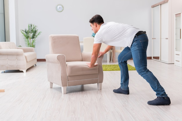 Homme qui déplace des meubles à la maison