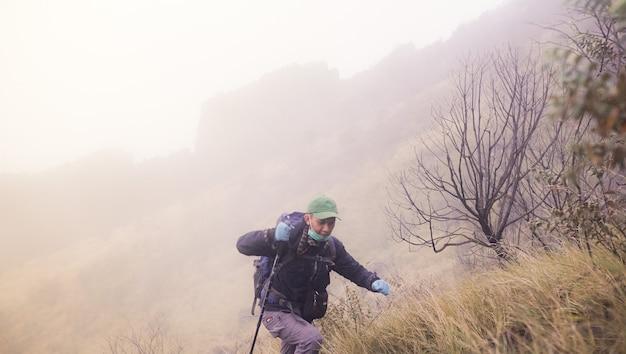 Un homme qui gravit joyeusement une montagne
