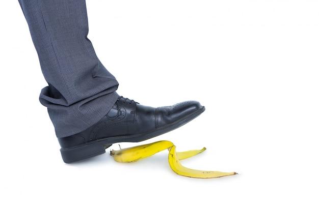 Homme qui marche sur la banane