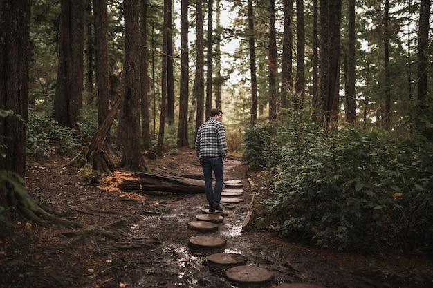 Homme qui marche dans la forêt
