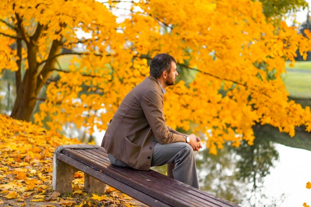 Homme qui marche dans le parc en automne