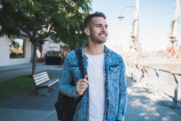 Homme qui marche dans la rue.