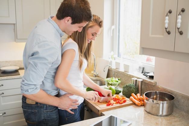 Homme qui parle avec une femme pendant la cuisson